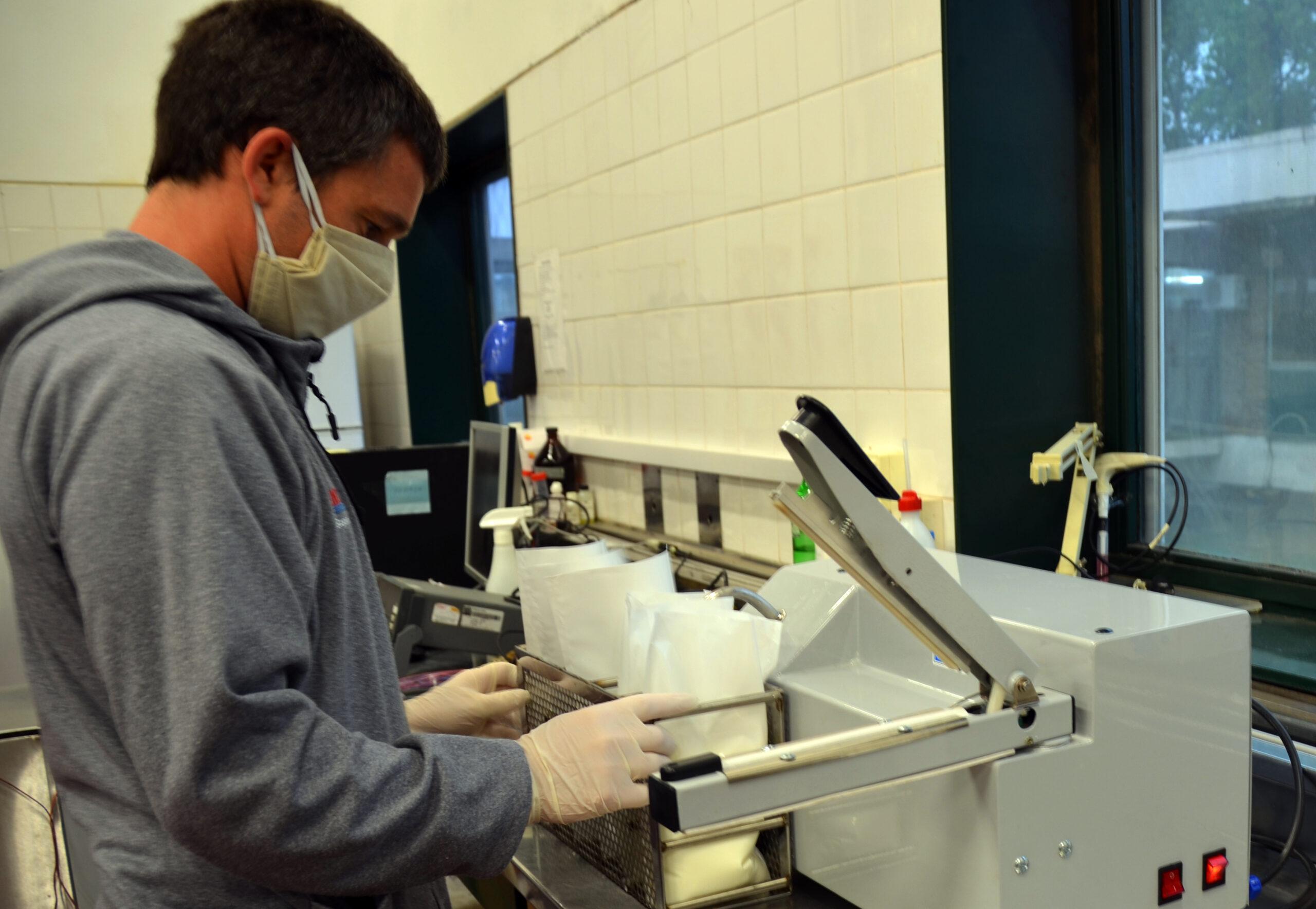 Máquina que ensacheta y pasteuriza la leche en origen